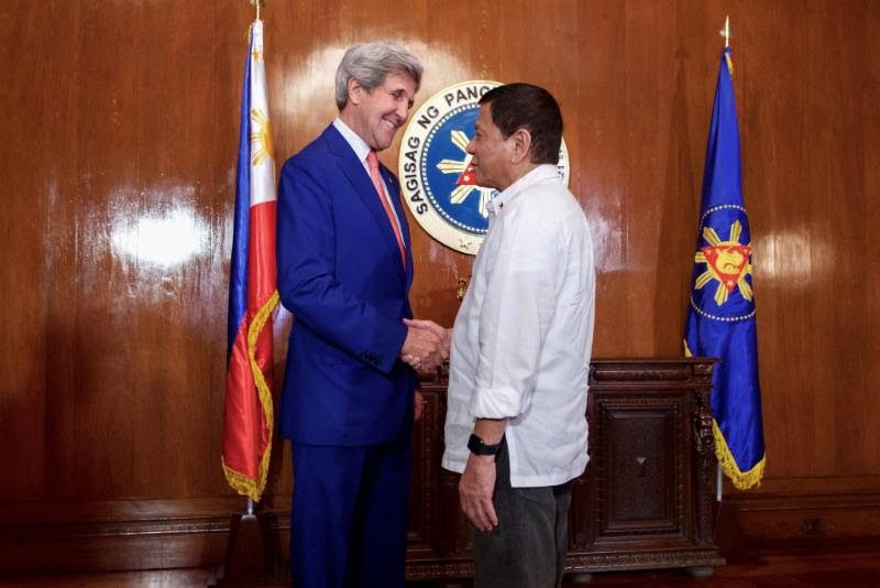 US State Secretary John Kerry shakes hands with President Rodrigo R. Duterte. Photo credit: US State Department.